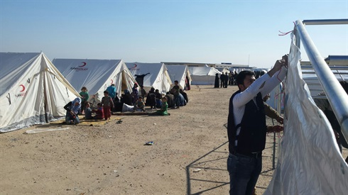 Malteser International partner puts up tents for refugees on the Syrian Turkish border