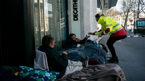 Helping the homeless in a Paris street