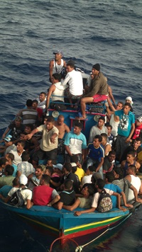 Lampedusa: immigrants crowd onto open boats