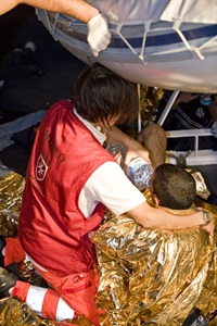 Lampedusa: survivors need heat sheets to prevent hypothermia